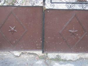 A4 Obrnuti i pravilni pentagrami na kapiji nekadašnjeg Olimpijskog Muzeja